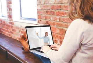 Consulter des articles en ligne pour se former en période de crise sanitaire